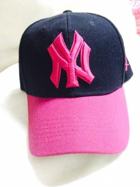 ny帽子 黑粉搭配