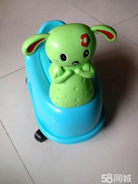 儿童马桶,已消毒很干净,我家小孩没用做马桶,只是周岁时用做学步车
