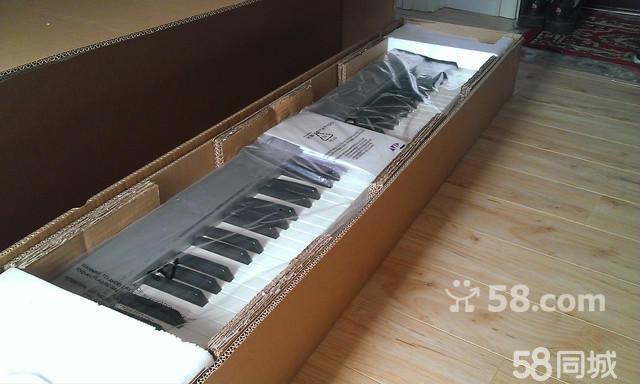 钢琴手感的键盘, 上个星期网购的键盘,因资金问题, 现转让 官方网站介绍: http://www.m-audio.com/products/en_us/Keystation88es.html 该键盘为仿钢琴键盘半配重, 有力度回馈, 可不是普通电子琴哦 送一个踏板,一个雅马哈的包,一个X型支架, 全套只要1650,可以给你看淘宝的订单,接电脑集成声卡装asio驱动完全木有延迟 带着优盘来给你考很棒的音乐软件,配上这个软件赶超专业电子琴好几个档次。 这几天想卖,要是感情多了也许就不想买了,快出手吧。 电话联