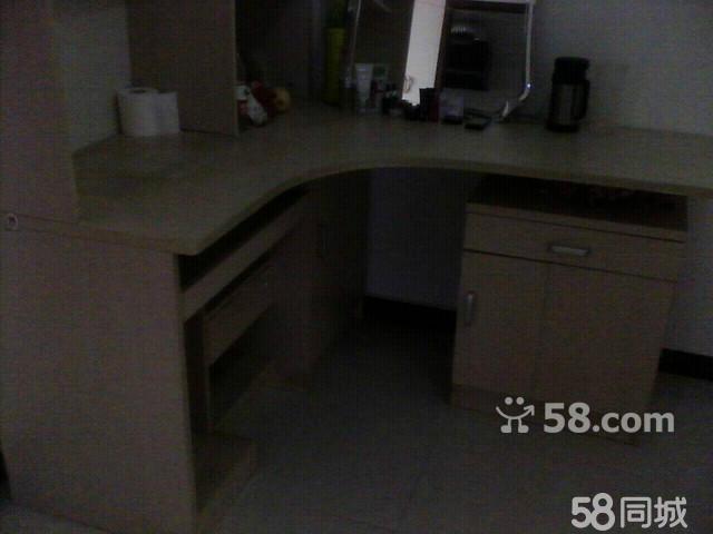 连床带垫850,同款电脑桌兼化妆柜350,大衣柜750.都是95新,超值.