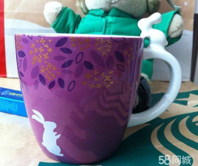 有紫色花纹的情侣玻璃杯