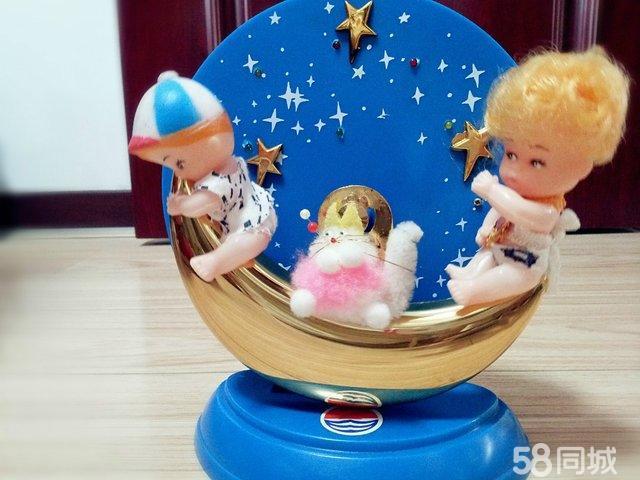 两个人小孩坐在月亮上