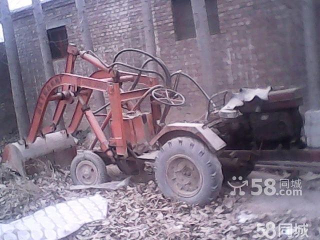 此车是由拖拉机改装的小型铲车,20马力的柴油机带动工作,新换的液压泵图片