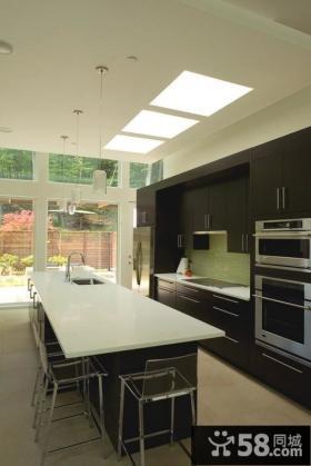 现代风格黑色厨房吧台装修效果图