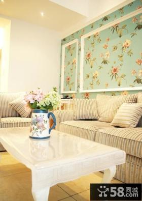 简约婚房客厅沙发背景墙碎花壁纸装修效果图