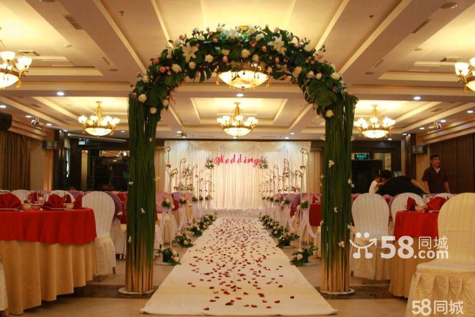 欧式绢花路引8个 3,欧式绢花拱门一座 4,鲜花花瓣若干 签到台布置