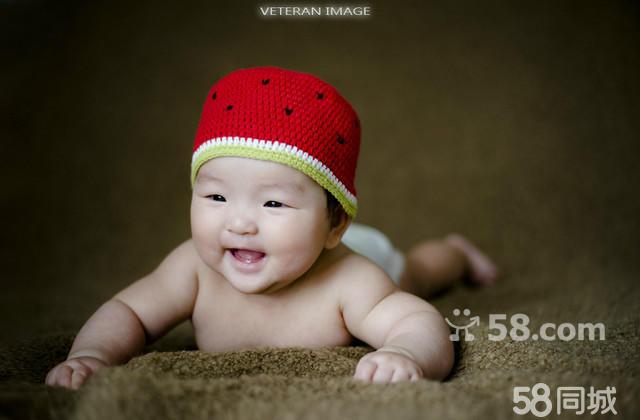 影楼摄影工作室在开展儿童摄影服务的同时,也为宝宝拍满月照,百天照和