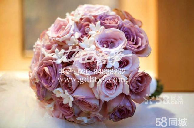 6蛋糕台装饰:当把婚礼蛋糕推出来时,可不要忽略那张桌子哦,加上水晶