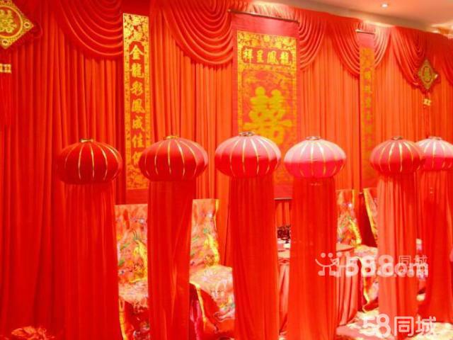 舞台区:1:欧式缤绸背景拉幔造型+wedding牌+led荧光串灯2:大功率七彩
