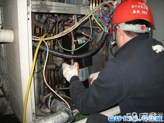 自己能拆装空调吗?上海杨浦区空调移机,空调维修加液服务33797795 上海空调安装空调安装。空调一般安装在外墙,有的高空,如果你没有做过,那你就请专业人士吧。高空作业有危险的,空调拆装还是有些技术要求的(上海空调维修公司提供)。空调拆卸方法如下:一、开机:让空调在制冷状态下工作。二、收雪种(氟):压缩机工作状态下,用内六角扳手把细管阀门关闭,在外风机出风不凉时(大约一分钟左右),关闭大管阀门。三、拔掉电源,这个很重要。四、打开链接铜管的螺母,卸下电源线。五、卸下外机,内机。支架挂板。在这个过程中,你一定