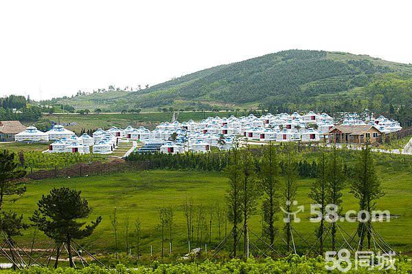 有母爱圣地之称的 大乳山旅游度假区 (约1.5H),这里是唯一一个母爱如山看得见的地方,也是中国著名的长寿之乡,在这里我们将游览以福运天来、春华秋实、和合双福、水晶誓约海天康乐园、大乳山母爱文化苑等景点;在这里你还有机会观看到大乳山景区与山东有线电视台合作举行的《快乐向前冲》活动,晚上举行沙滩篝火晚会,营员才艺展示,举行我爱刘公岛、我爱大乳山夏日纳凉晚会(以家庭为单位每家展示一个才艺表演、沙滩足球、排球活动) 住大乳山景区特色蒙古包或乳山木屋